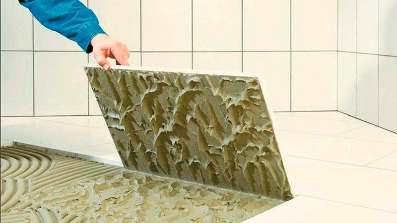 Как клеить напольную плитку в ванной своими руками 28
