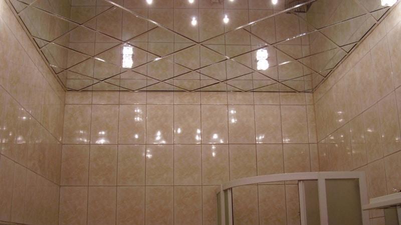 Отделка потолка маленькой ванной