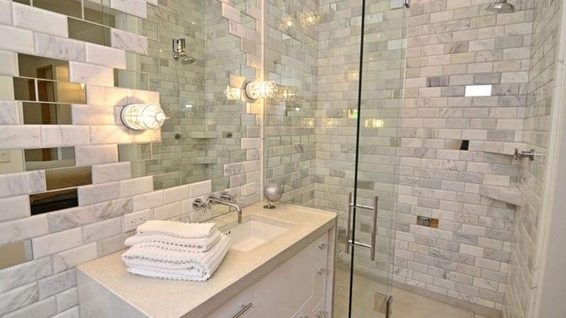 Зеркальная плитка в интерьере небольшой ванной
