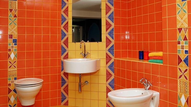 Цветная плитка в интерьере маленькой ванной