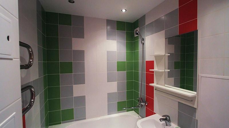 Контраст из плитки красного и зеленого цвета