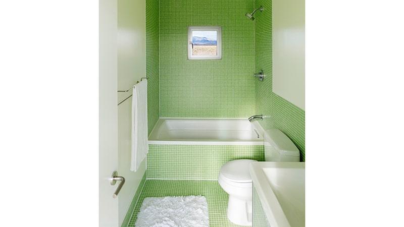 Интерьер узкой ванны с туалетом