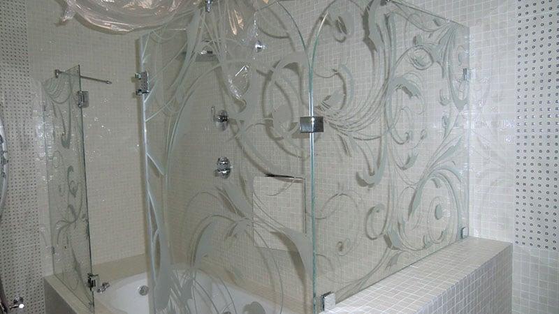 Душевая шторка на ванну из стекла