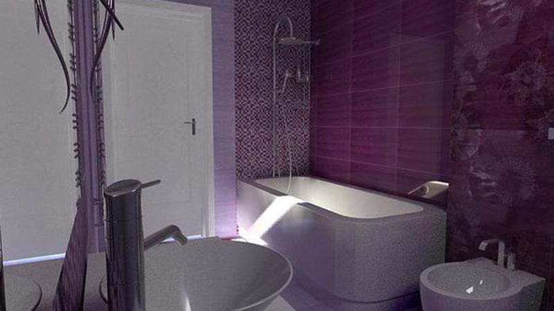 Комбинация оттенков фиолетовой плитки в ванной