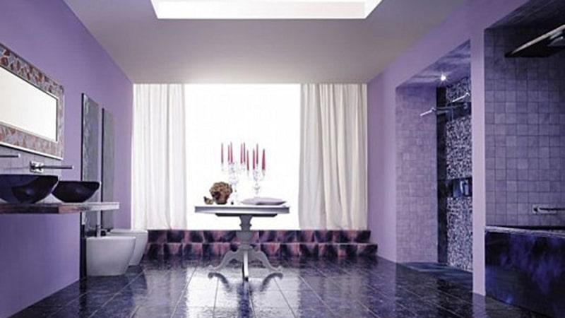 Плитка цвета фиалки в дизайне ванной