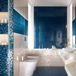 Синий цвет плитки в оформлении ванной