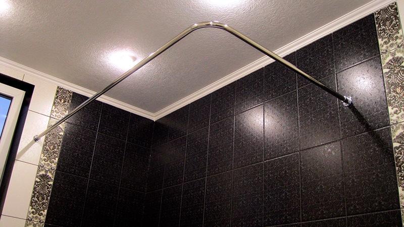 Г-образный карниз в ванную комнату