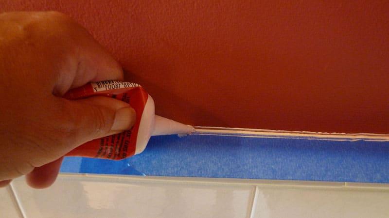 Устранение щели между стеной и ванной с помощью силикона