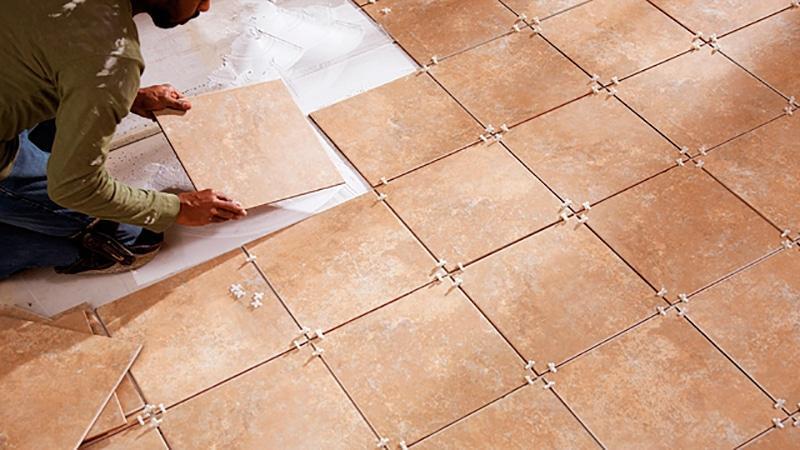 Положить плитку на пол в кухне своими