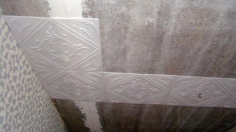 Клеем плитку в ванную