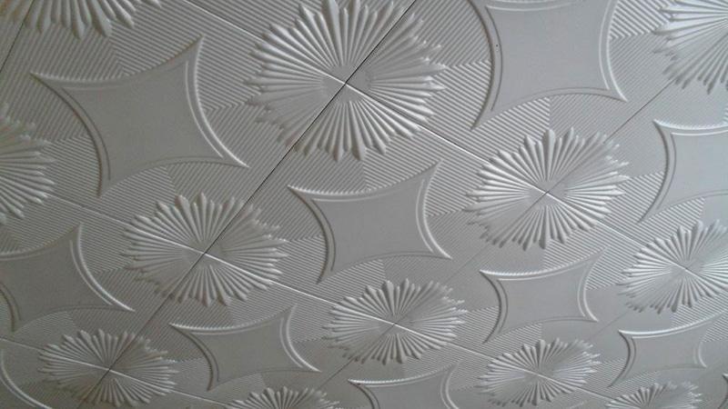 Клеим плитку на потолке