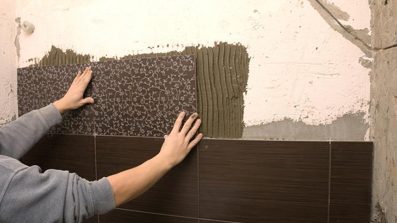 Как укладывать плитку на стены