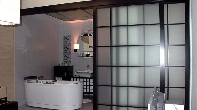 Раздвижная стеклянная конструкция в ванную
