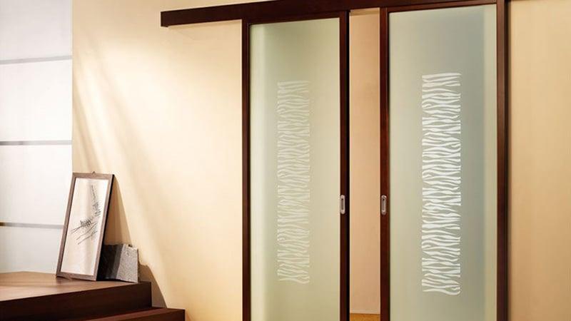 Пескоструйный узор на двери в ванной