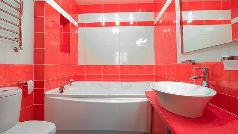 Дизайн ванной красной плиткой