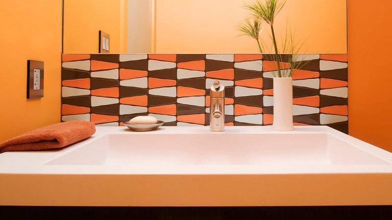 Отделка санузлов оранжевой плиткой