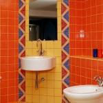 Апельсиновый кафель на стенах ванных комнат
