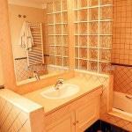 Оранжевый кафель и его оттенки в дизайне ванной
