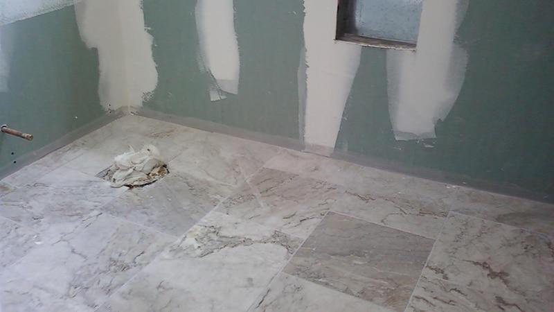 Процесс отделки ванной комнаты плиткой
