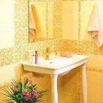 Желтая плитка в ванной
