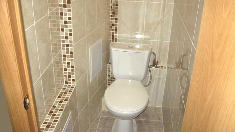 Дизайн туалета в хрущевке выполненный в светлой гамме