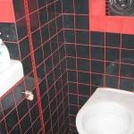 Дизайн туалета в черно-красной гамме