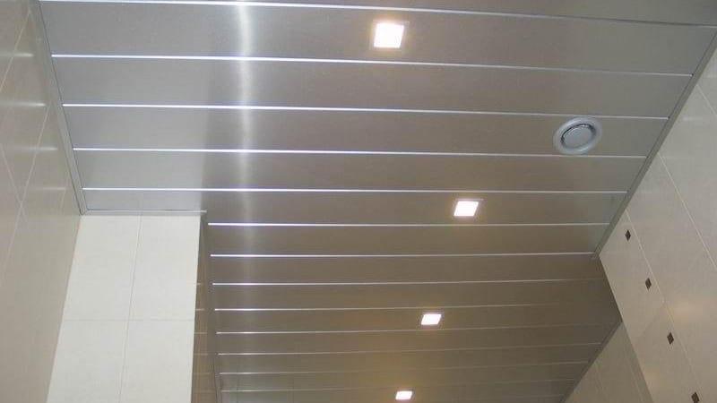 Потолок для ванной комнаты из пластиковых панелей