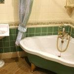 Облицовочная керамика за ванной и под ней