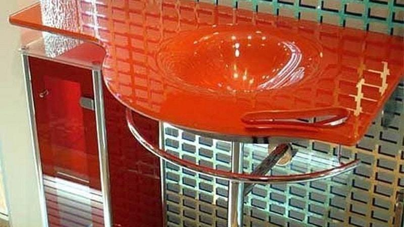 Стеклянный шкафчик в ванную