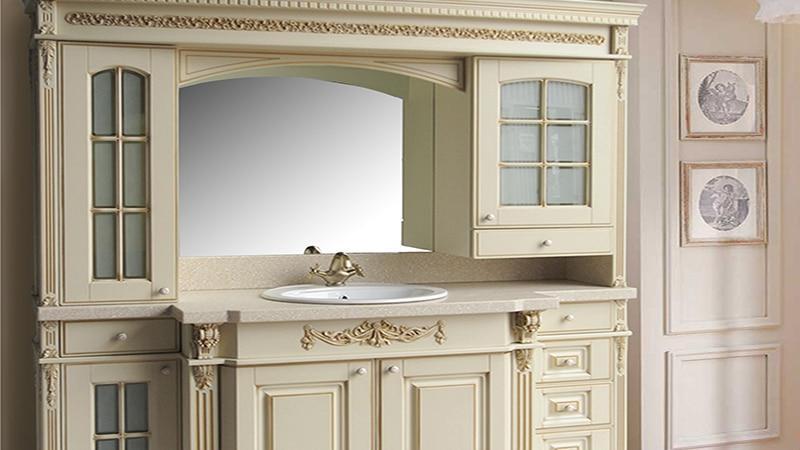 Деревянный шкаф в ванную комнату