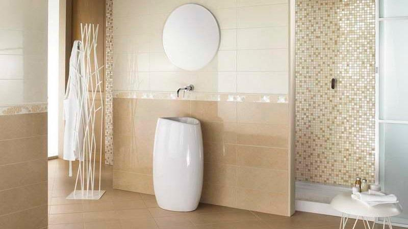 Положить плитку на стены в ванной своими