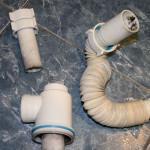 Детали канализационной системы в ванной комнате
