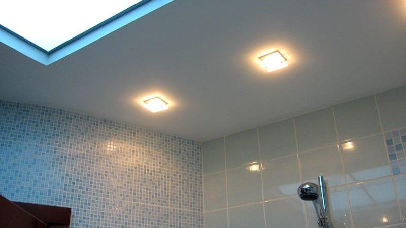 Монтаж систем освещения на потолок в ванной