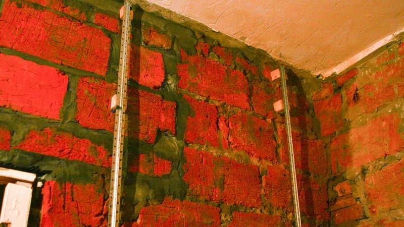 Выравнивание стен под плитку по маякам