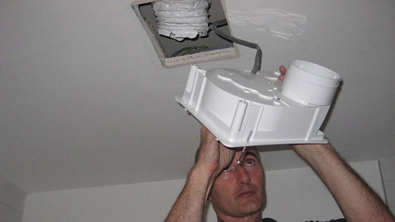 Установка вентиляции в санузле в деревянном доме
