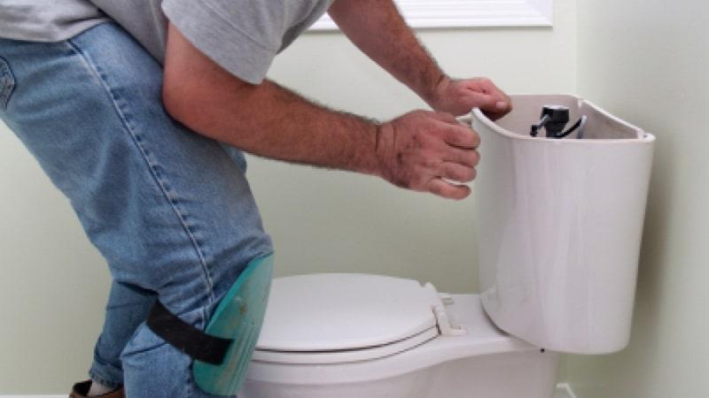 Как убрать воду из унитаза чтобы почистить