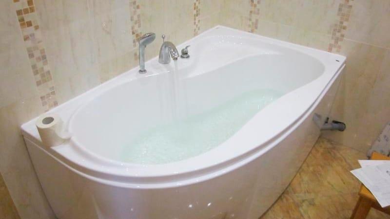 Установка угловой ванны своими руками фото