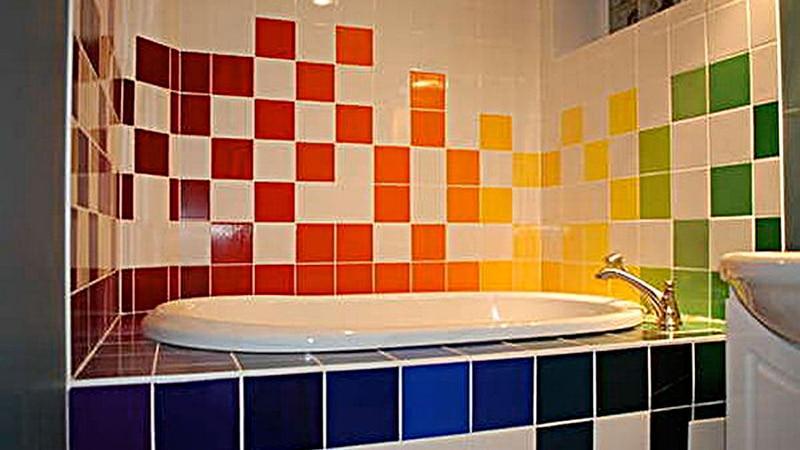 Окрашенный кафель в ванной
