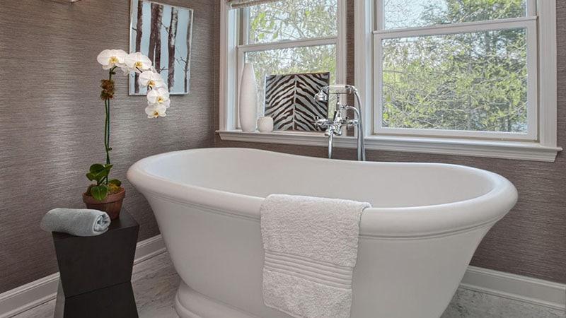 Интерьер ванной в французском стиле с окрашеными стенами