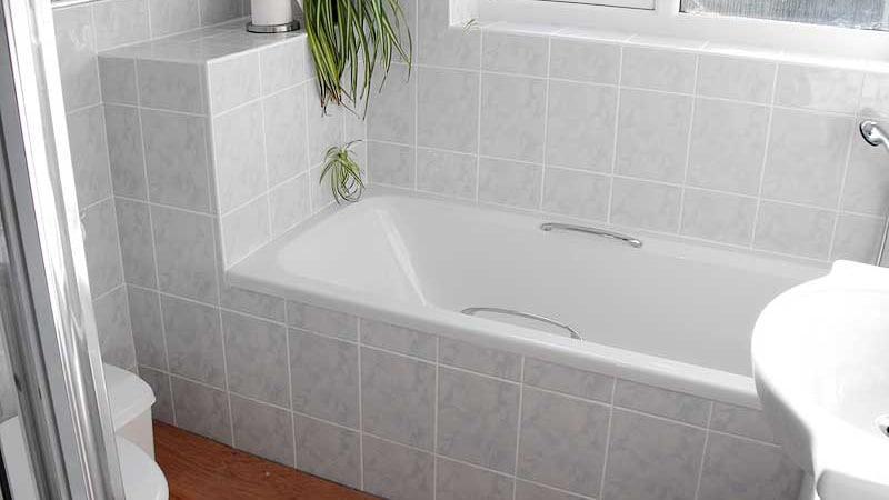 Крепление ванны к стене и полу