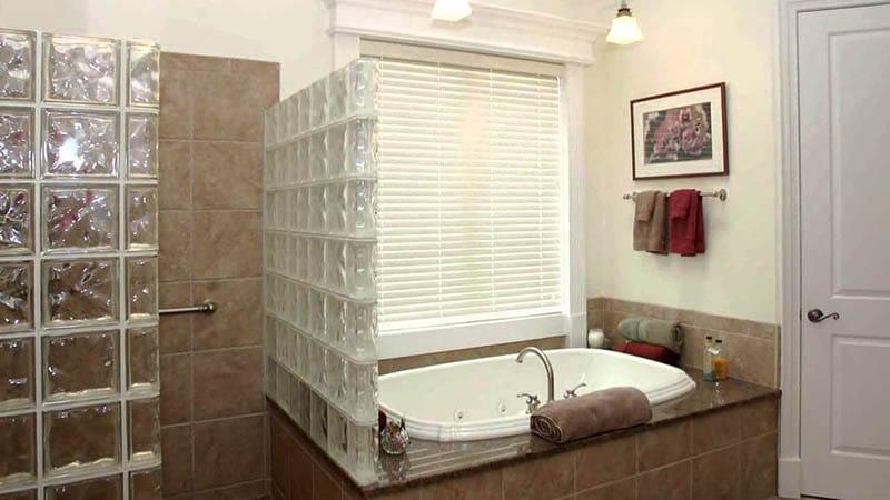 Перегородка из стеклоблоков в ванную