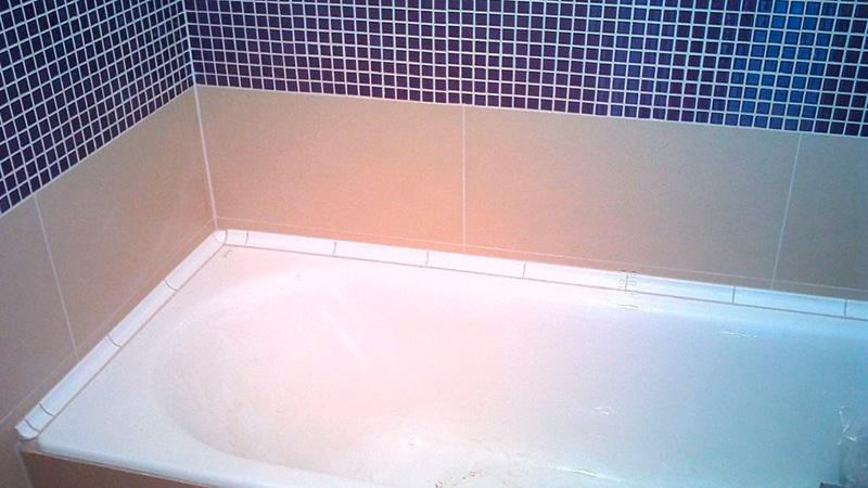 Пластиковый уголок для ванной на плитку