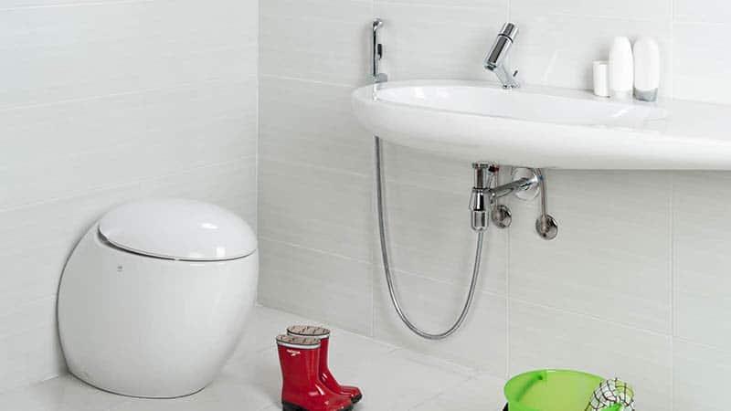 Раковина в туалете с гигиеническим душем