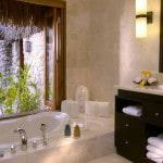Интерьер ванной с окном
