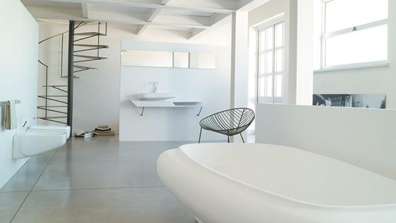Ванная с окном в стиле хай-тек