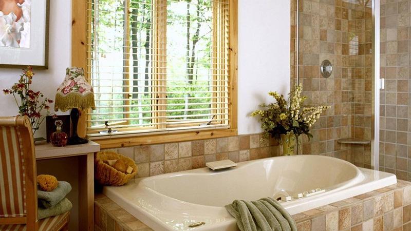 Горизонтальные жалюзи на окне ванной