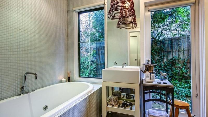 Тонированное окно в ванной