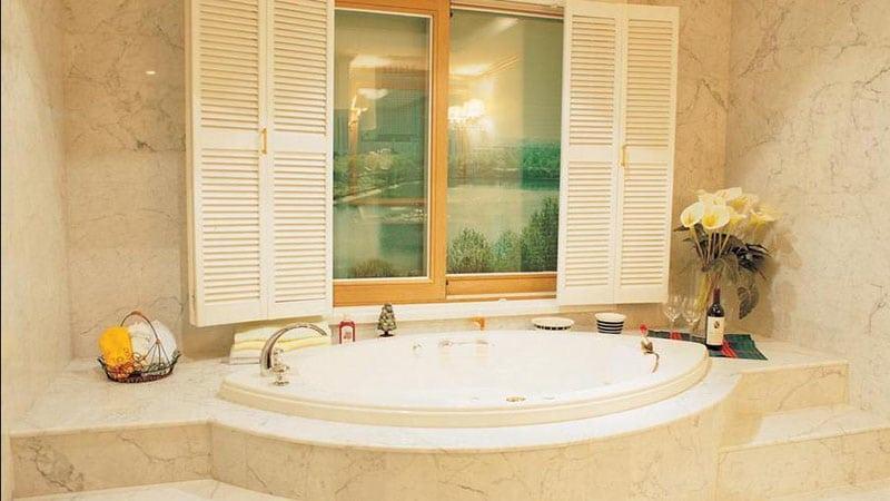 Оформление ванной с окном в стиле прованс