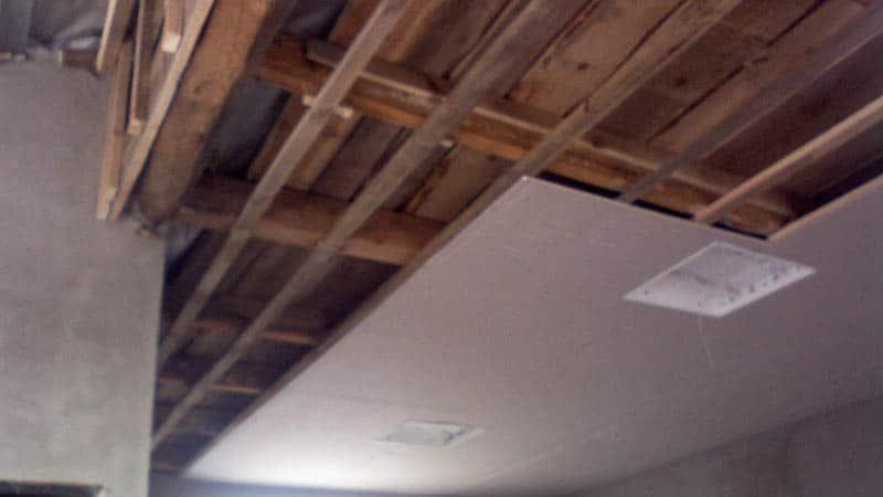 Подшивка потолка в деревянном доме