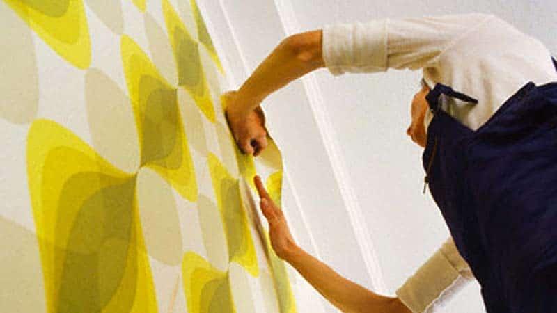 Чем приклеить клеенку к стене в ванной